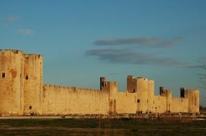 La cité fortifié et médiévale d'Aigues Mortes à 35 km des gîtes de la Bastide des Oliviers