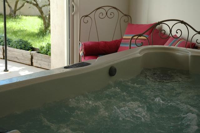 Le Jacuzzi privé 5 places dans le gîte Bastide à Souvignargues