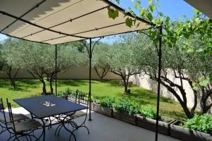 Terrasse avec pergola en fer forgé du gîte Bastide des Oliviers près de Sommières dans le Gard