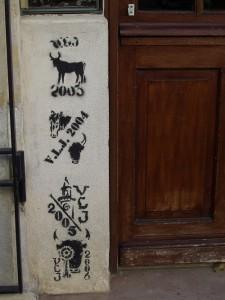 Empègues sur une porte à St Comes